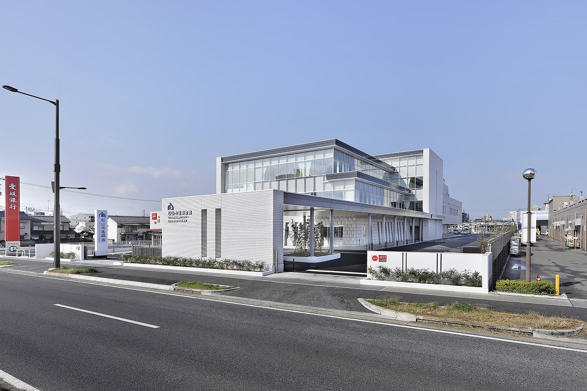 松山市医師会会館の写真
